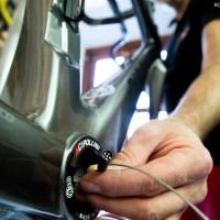 Na dalších fotografiích je vidět postup instalace kabeláže k elektronickému řazení.