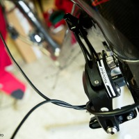 V detailu kabely které budou schovány pod omotávkou na řídítkách.